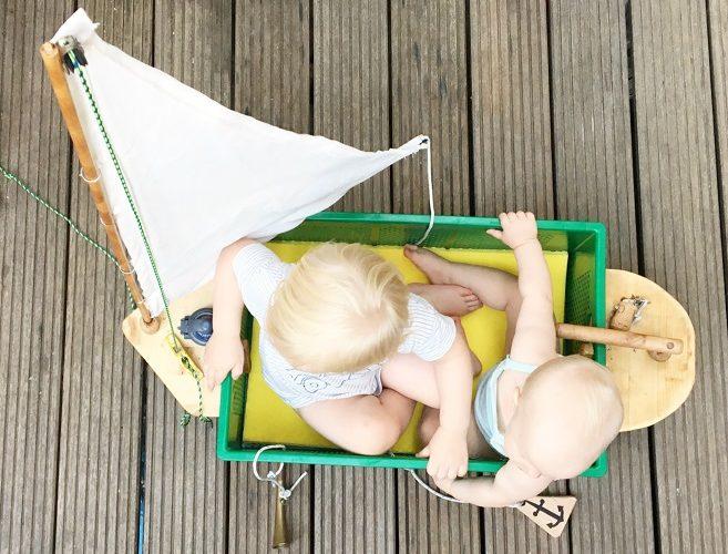 Kleinkinder in selbstgebautem Segelschiff Audiosystem für Kinder laleby
