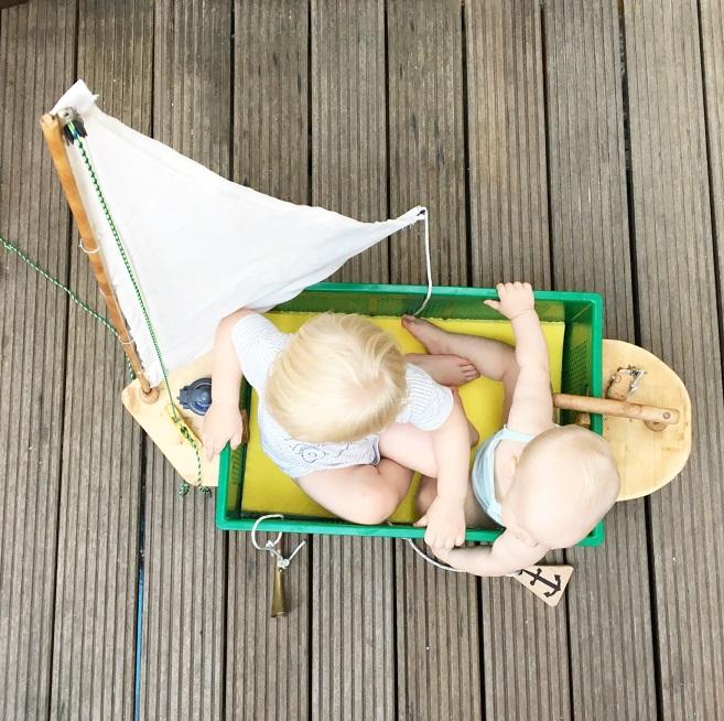 Foto von zwei Kleinkindern im selbstgebauten Segelschiff Kindermusik