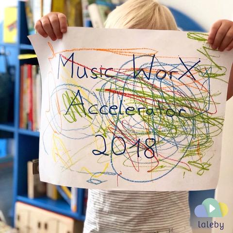 laleby Foto Music WorX Accelerator 2018 bemaltes Plakat hochgehalten von Kleinkind
